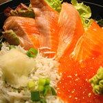 たこ島 - 釜揚げシラスシャケイクラ丼(アップ)