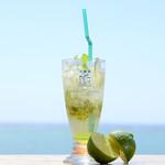 ハンモックカフェ ラ・イスラ - 新鮮なフレッシュハーブで作った爽やかなモヒート。 海を見ながら飲むモヒートは最高です。
