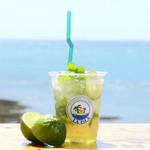 ハンモックカフェ ラ・イスラ - 青い海と潮風と一緒に、ハーブとライムの心地よさを楽しんでください。