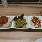 台湾食堂パイクー屋 桃園 - 料理写真:キュウリと豚肉の肉みそ掛け、クラゲ・キュウリ、豆腐の台湾ソース掛け