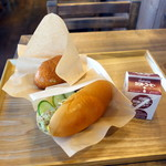 パンの田島 - チーズちくわコッペサンド350円、半熟卵ビーフシチュー揚げたてパン220円、ラクトコーヒー120円