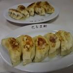 だるま軒 - 餃子 300円/皿(中華の日のサービス価格)