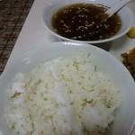 だるま軒 - ご飯(麦ご飯)とスープ