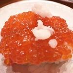 グルメ回転寿司 函太郎 - 紅鮭すじこ握り 300円