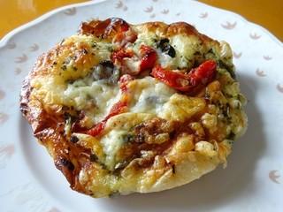 ベーカリートラ - ドライトマトとチーズの塩パン162円