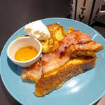 ザ・シティ・ベーカリー - フレンチトースト(ドリンクS付¥1058)。メイプル・サワークリーム・ベーコンと三つの味を一皿で