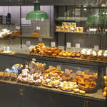 ザ・シティ・ベーカリー - ガラス窓越しにも、いろんなパンが見えて購入意欲を誘います