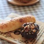 デューカディカマストラ - 料理写真:塩コッペ シチリアのパン(チョコとオリーブ) 奥はクルミのパン