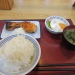 福岡貝塚食堂 - 料理写真:私は鮭の塩焼きを中心に734円の朝食を作ってみました。  かまど炊きのご飯は中162円です。