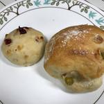 ラ ミシェット - アリコベール(うぐいす豆入りのフランスパン)155円 とラズベリーとホワイトチョコのプチパン60円⭐️