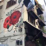 Rue Favart - 可愛い赤いお花の壁画が目印(⌒▽⌒)