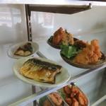 みなと食堂 - 棚の料理2