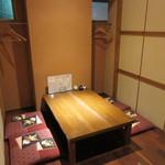 たぐせん - 掘り炬燵式のテーブル席。個室、カウンター席もあります。