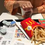 マクドナルド - 2017/10 今回は、少し休憩で利用。プレミアムローストアイスコーヒー(S) 100円とマクドナルドの公式アプリ McDonald's Japanのクーポンで、マックフライポテト 全サイズ 150円でLサイズをチョイス