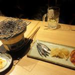 ユルイヤ - 鮭とば・エイヒレ・きびなごを卓上の七輪で軽く炙りながら頂きます。