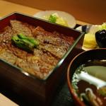 牛肉のあみ焼重  (小鉢、漬物、赤だし)