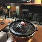 北一倶楽部 - 炭火の上にジンギスカン鍋 脂身を鍋全体になじませます