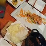 マハロ大人の隠れ家 - アヒージョ、かぼちゃソースのエビチリ、サーモンのチーズあぶり