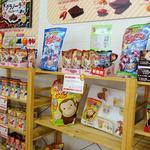 名糖産業 - 店内(子どもが喜びそうなキャラクター商品も並ぶ)