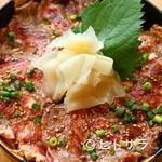 三是食堂 かつどころ - ごはん大盛サービスが嬉しい、新メニューの『牛レアステーキ丼』