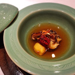 74518402 - 韓国莞島産 黒鮑蒸しに薬膳スープを掛けて 上質な鮑、スープも絶品。茸のお出汁が味わい深い優しいスープです。