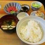 74519087 - まぐろぶつ定食(700円)