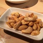 炭焼ごちそう肉バル ぴたり - チャームのピーナッツ