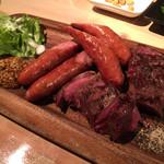 炭焼ごちそう肉バル ぴたり - 上ハラミ焼き炭火焼 880円 粗挽きソーセージ 580円