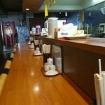 麺 とことん屋 - カウンター、奥に1テーブルあり。