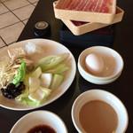 しゃぶ葉 - お肉と野菜バイキングの野菜。タレはゴマだれとポン酢。