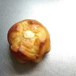 浅草ベーカリーカフェ ブルーエルフ - 練乳クリームパンミニ。