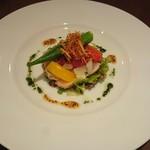 ラ・パーチェ - 前菜♪                             マンダイの軽いくんせいとマリネ野菜のサラダ仕立、バジルと粒マスタードのハニーソース♪
