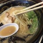 一心不乱 - 黒と言ってもマー油はなく、旨みたっぷりのスープ。麺は細いです。