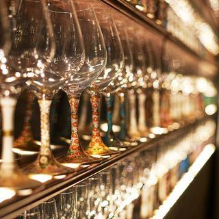 ワインは石川県九谷焼のグラスでご提供