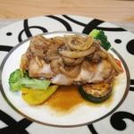 シェ コイワイ - 若鶏のソテー、オニオンとキノコのソース