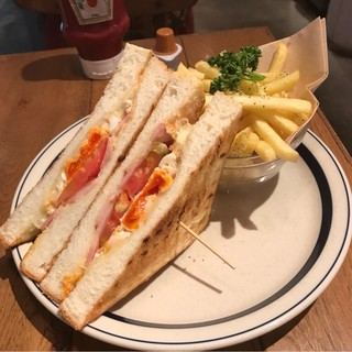 """アンデルセン シァル桜木町店 - """"幸せたまご""""とベーコンチーズのホットサンド。 税抜908円。 美味し。"""