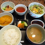 74543047 - ◆オーダーするとすぐにこのセットが出されます。 「サラダ」「かぼちゃの煮物」「お揚げと青菜の煮びたし風」「ご飯」「お味噌汁」「香の物」「ソース」など。