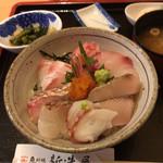新造屋 - 海鮮丼 2160円。