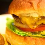 エーエス クラシックス ダイナー - チーズバーガー@税込1,230円:パティの焼き加減は、ミディアム・レア。中は、だいぶ赤い印象でした