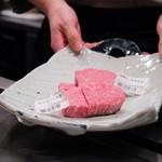 嘉山 - 本日選んだお肉は、飛騨牛と米沢牛のヒレ食べ比べ。100gずつ