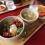 SMT Tokyo - ピリ辛サムギョプサル丼 @1,000円 スープは普通だけどたっぷりめだし、キムチもおいしいのは嬉しい。