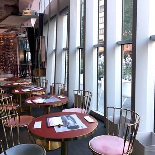 SMT Tokyo - おしゃれ!窓際のテーブル席だったけど、外を通る人々は意外と中のことなんて気にしてませんよね。