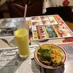 インド料理 Panas - セットのサラダ&マンゴーラッシー。