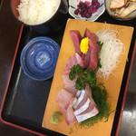 魚一 - マグロ、カンパチの二種盛り定食(^∇^)←お椀は娘が奪った