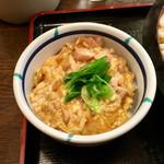 得得うどん - ミニ親子丼(¥324) サイズは正真正銘の「ミニ」だった(笑) 鶏肉がたっぷりなのはいいのだが、あまりにもツユだく状態で、味も濃くしつこく感じた。