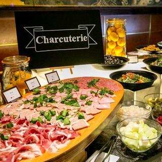 バラエティ溢れるお料理が並ぶ、ランチ・ディナービュッフェ