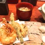 銀平 - 天ぷらも、海老天、魚の天ぷら、玉ねぎ、インゲン、南瓜です。  お塩と天つゆで頂きます