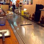 74574548 - 店内風景(鉄板カウンター)。
