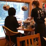 日本橋の紙なべ 元祖紙やきホルモサ - スタッフさんが各テーブルを回りながら仕上げてくれます