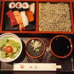 しのづか陣屋 - すしセット・もりそば。1575円。
